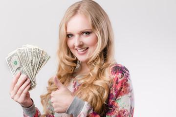 Junge Frau freut sich über Geld