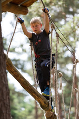 Junge beim Klettern