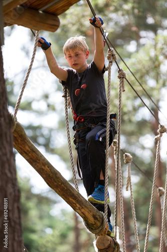 canvas print picture Junge beim Klettern