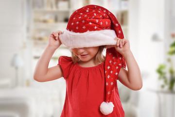 kleines Mädchen mit Weihnachtsmütze
