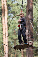 Junge konzentriert im Kletterwald