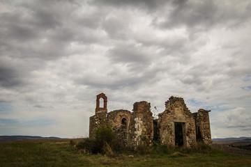 Rovine di una chiesetta in Val d'Orcia