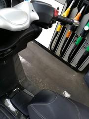 Scooter dans une station essence