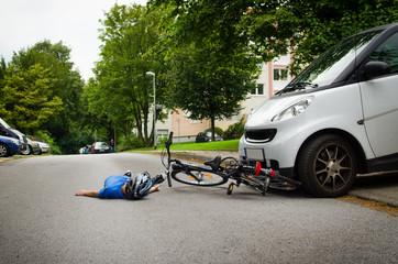 kind kommt mit dem fahrrad unters auto