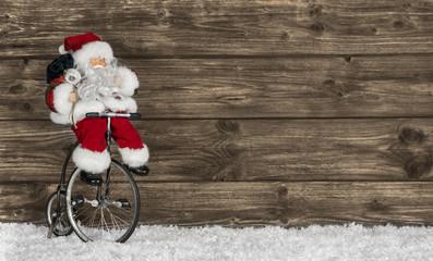 Santa Claus oder Nikolaus auf dem Fahrrad