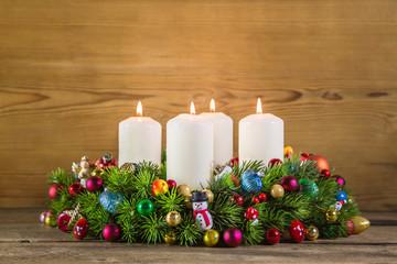 Heiligabend: Adventskranz mit vier brennenden Kerzen
