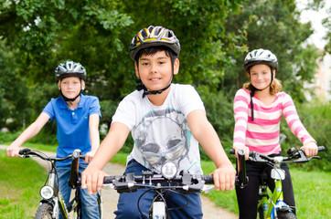 kinder machen eine fahrradtour