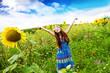 Bambina nel campo di girasoli