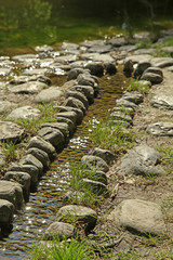 alignement de pierres et ruisseau