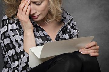 femme lisant lettre