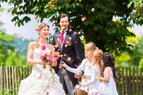 canvas print picture Hochzeitspaar mit Blumenkindern
