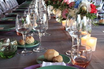 preparazione allestimento tavole per cerimonie eventi