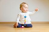Kleines Kind zeigt mit Zeigefinger poster