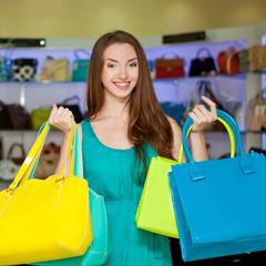 Красивая девушка с женскими сумками