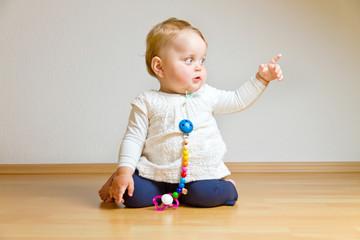 Kleines Kind zeigt mit Zeigefinger