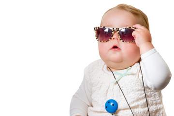 Lustiges Baby mit Sonnenbrille - freigestellt