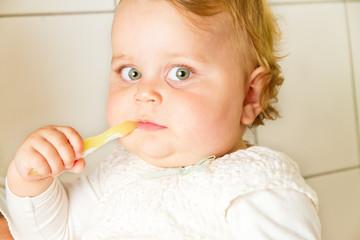 Kleinkind mit Zahnbürste in der Hand