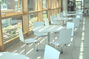 白いイスとテーブル