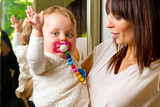 Mutter mit Kind auf dem Arm poster