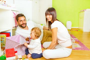 Junge Familie im Kinderzimmer