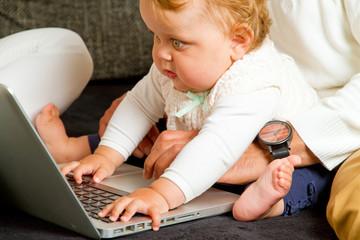 Baby tippt auf dem Computer
