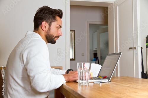canvas print picture Junger Mann im Homeoffice