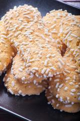 Savoiardi guarniti con granella di zucchero su un piatto