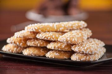 Savoiardi piatti guarniti con granella di zucchero,