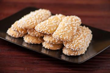 Savoiardi guarniti con granella di zucchero,