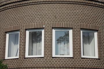 четыре окна кирпичного здания