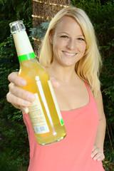 Blonder Twen mit Limonade auf Party
