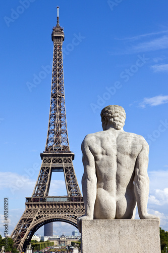 Poster Statue facing the Eiffel Tower in Paris
