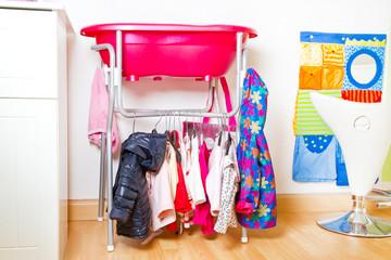 Bunte Kleidung im Mädchen Kinderzimmer