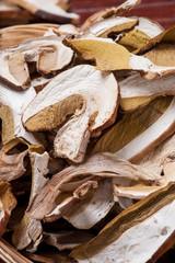 Fette di funghi porcini essicati