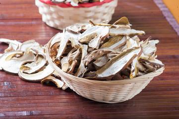 Funghi porcini essicati a fette nel cestino di vimini