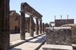 canvas print picture - Forum in Pompeji mit Blick über Ruinen auf Säulen der Eumachia