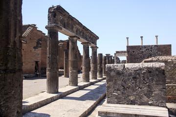 Forum in Pompeji mit Blick über Ruinen auf Säulen der Eumachia