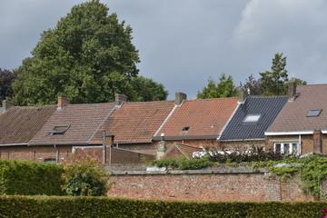 Toitures des maisons le long du domaine d'Enghien