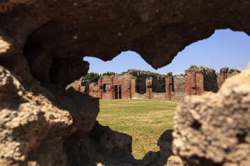 Zentraltherme in Pompeji - Blick durch eine Mauer
