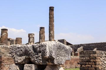 Blick über Ruinen auf die Säulen des Apollo-Tempels in Pompeji