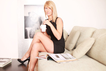 attraktive Frau auf dem Sofa