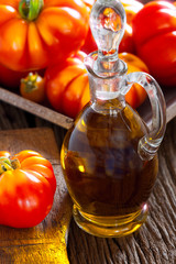 Frische Fleischtomaten und Karaffe mit Olivenöl