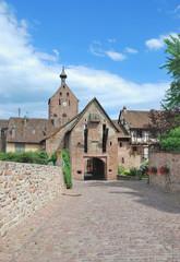 das Obertor im bekannten Weinort Riquewihr im Elsass