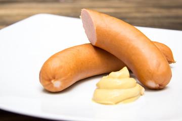 Bockwurst auf Teller mit Senf