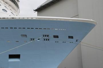 Ein Kreuzfahrtschiff in einem Hafen