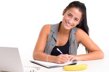 Junge Studentin lernt am Schreibtisch