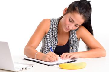Junge Frau lernt am Schreibtisch