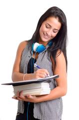 Dunkelhaarige Studentin macht Notizen