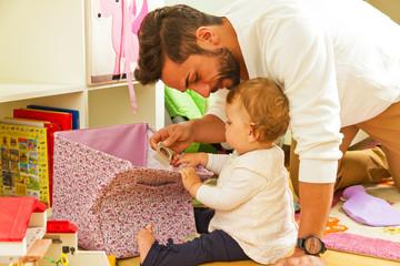 Vater mit Kind beim Spielen