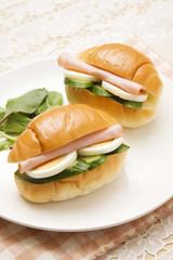 ロールパンのサンドイッチ